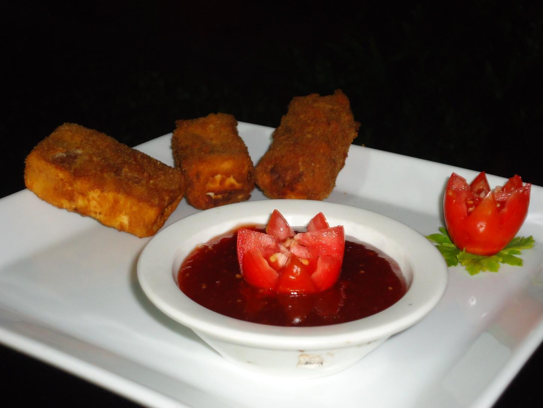 Deditos de cheesecake panados y salsa de tomate