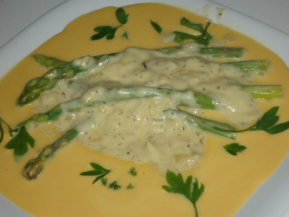 Esparragos en salsa de cebolla