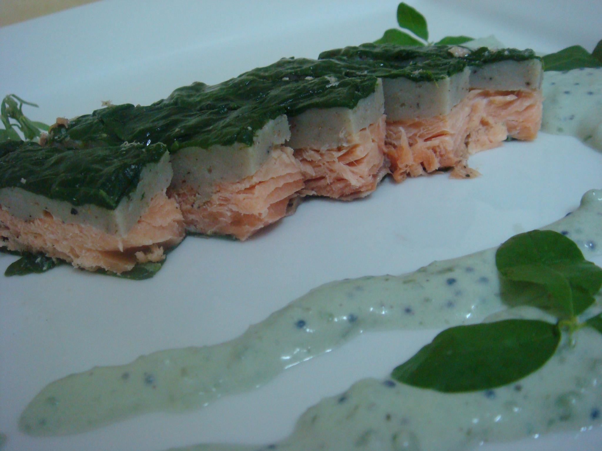 Salmon Envuelto de espinaca con crema de caviar