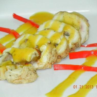 Pechuga de pollo rellena de platano con salsa de melocoton